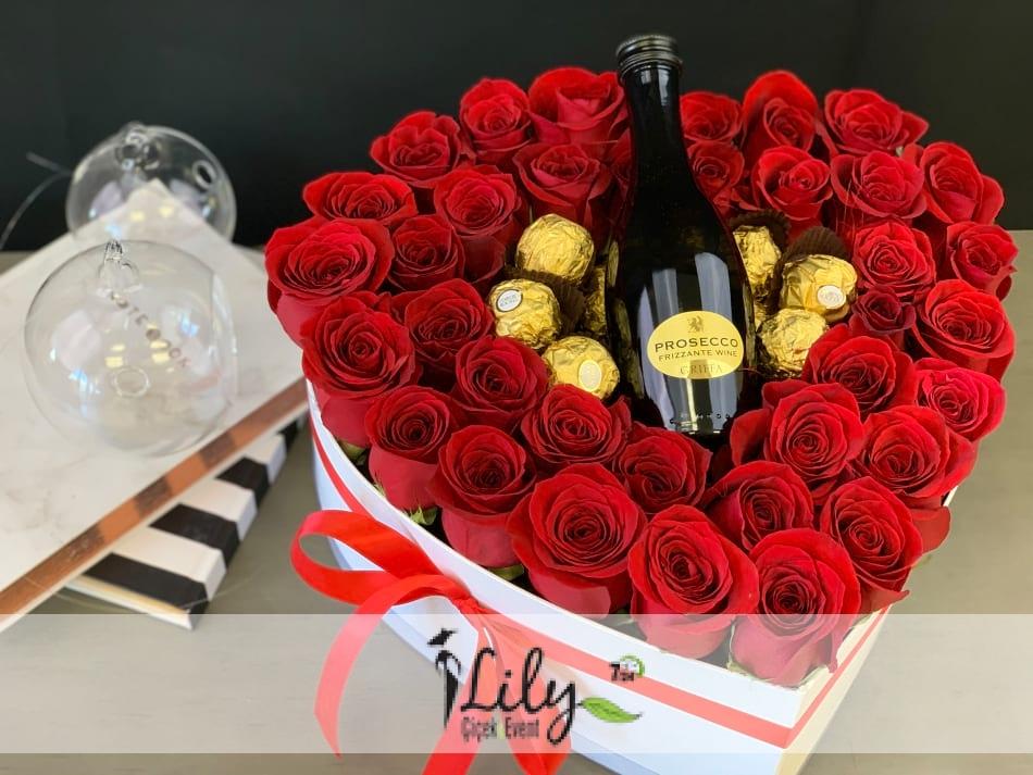 şarap eşliğinde kalp kutuda güller