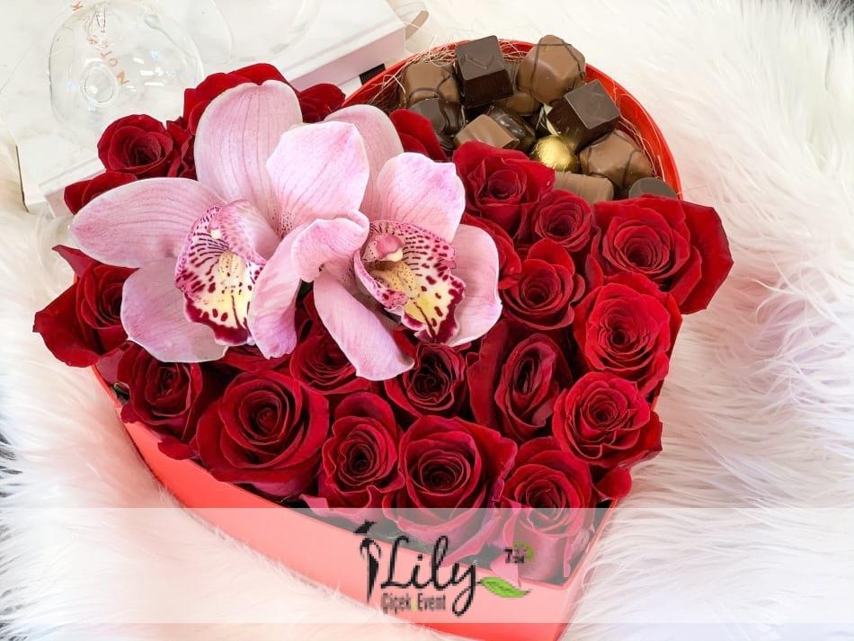 kalp kutuda güller orkide ve çikolatalar