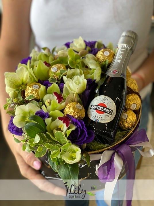 kutuda orkideler ve özel şarap