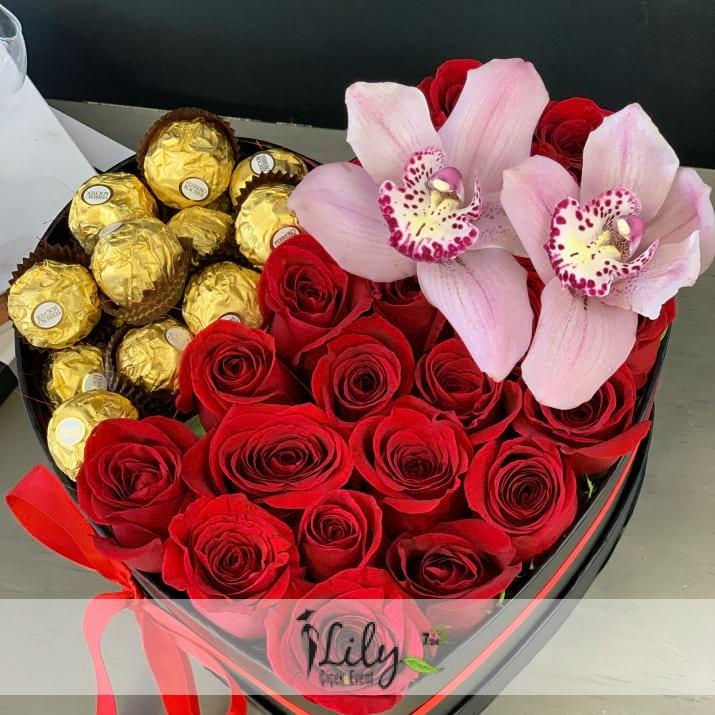 kalp kutuda güller ve çikolatalar