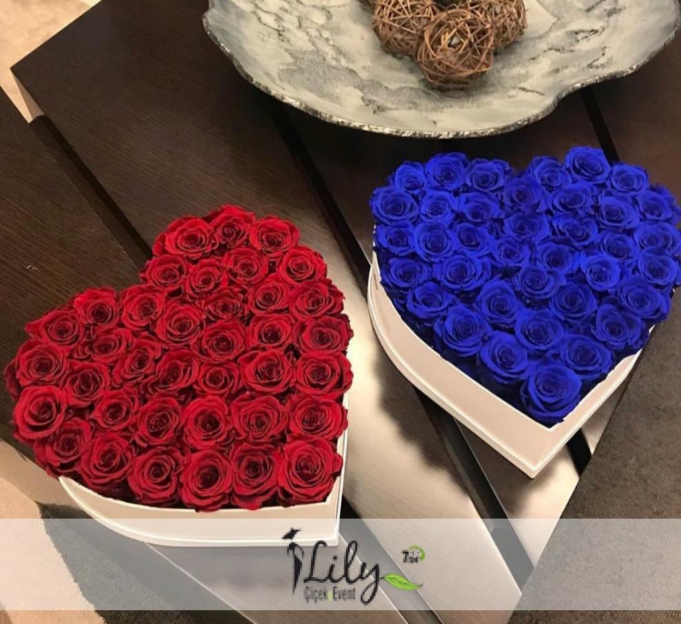 kalp kutuda kırmızı ve mavi güller