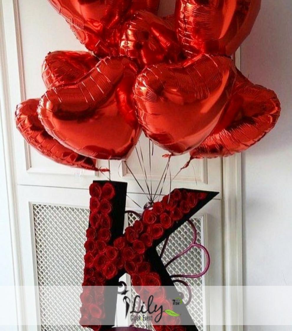 baş harf kutu gül ve balonlar