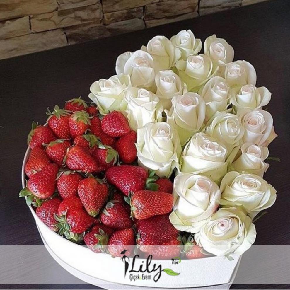 kalp kutuda beyaz güller ve çilekler