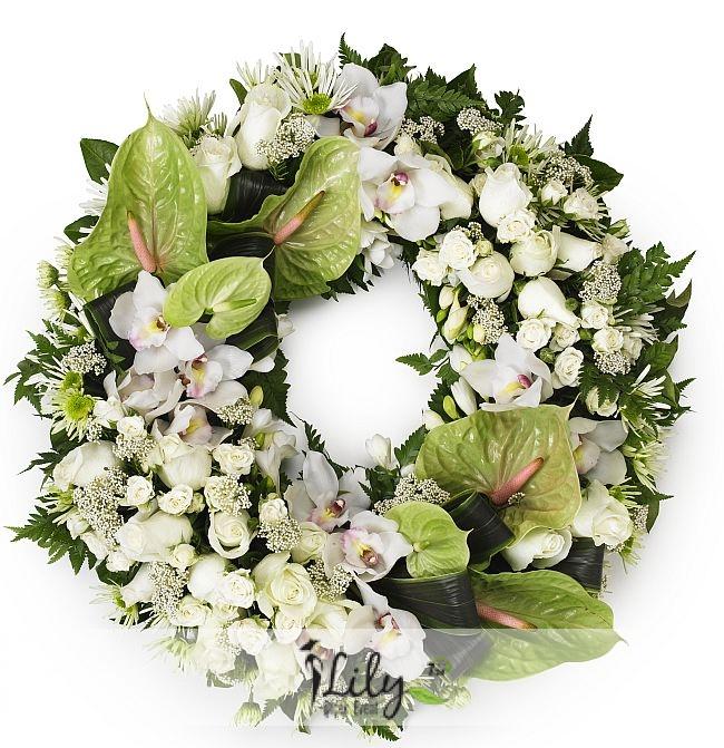 beyaz güller ve antoryumlardan korbey