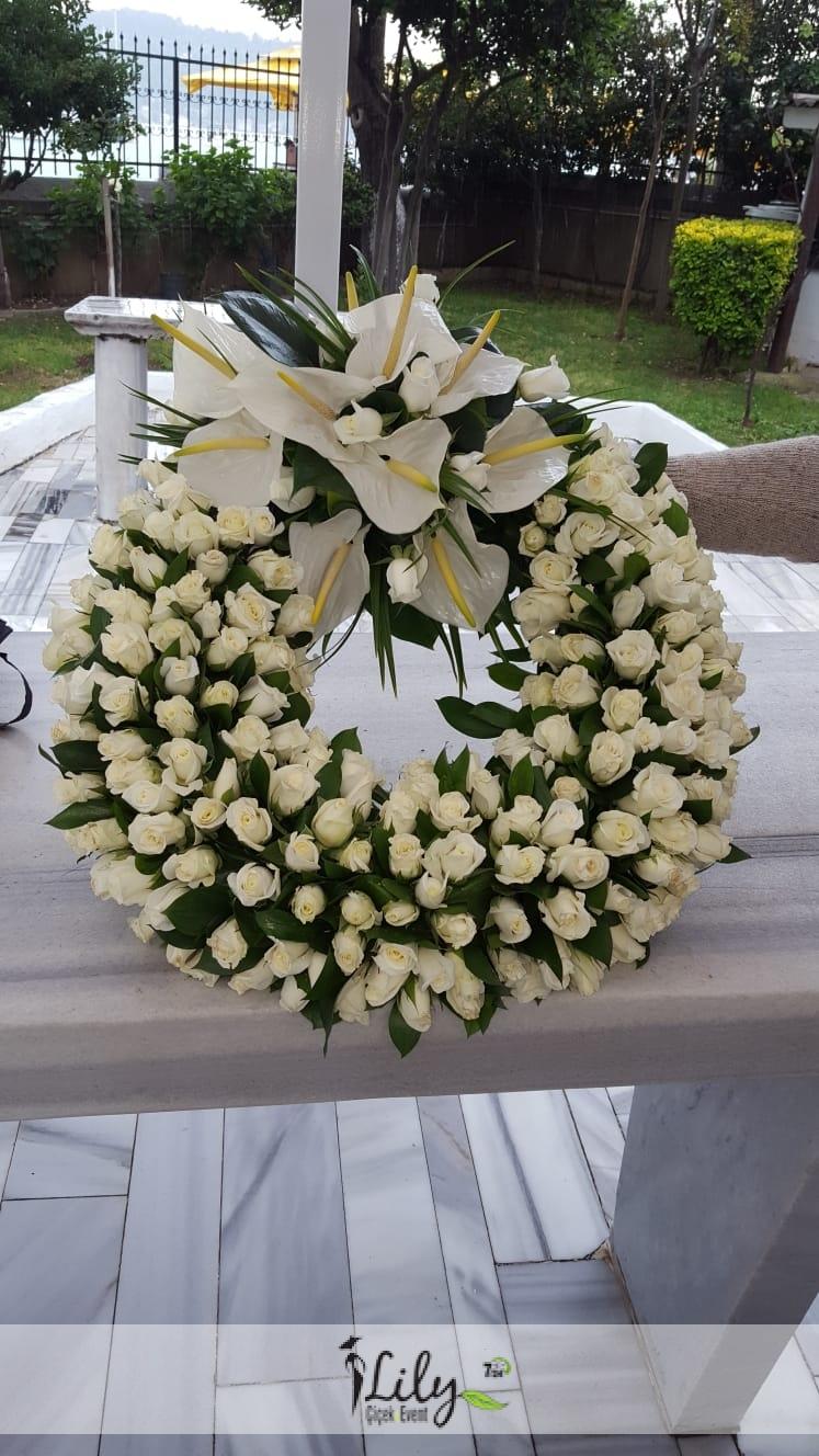 beyaz güllerden cenaze korbeyi